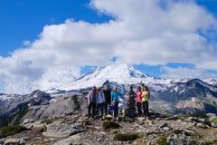 艺术家点, WA/USA - 2016年9月11日:小组从温哥华的远足者, BC,在贝克山看法的姿势2016年9月11日的 图库摄影