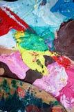 艺术家用不同的颜色的` s调色板 木头 各种各样的colors.spiral笔记本 纹理 免版税图库摄影