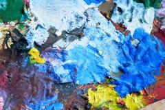 艺术家用不同的颜色的` s调色板 木头 各种各样的colors.spiral笔记本 纹理 免版税库存照片