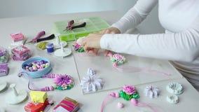 艺术家由聚合物黏土,过程做首饰 车间 影视素材