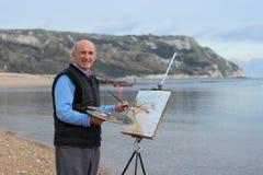 艺术家男性成熟绘画 免版税库存照片