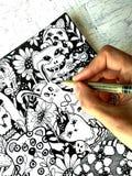 艺术家画在图表样式的kawaii逗人喜爱的动物 手和划线员特写镜头 库存照片