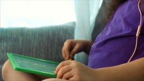 艺术家的年轻手,小孩艺术家绘与石墨铅笔的一块帆布,桌和凹道坐帆布 影视素材