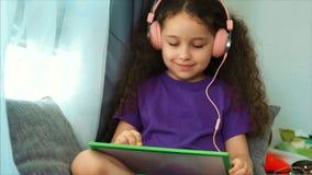 艺术家的年轻手,小孩艺术家绘与石墨铅笔的一块帆布,表和凹道坐帆布 股票录像