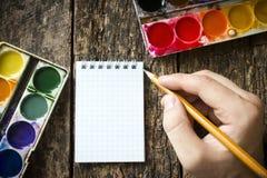 艺术家的手有一把刷子的画的 免版税库存图片