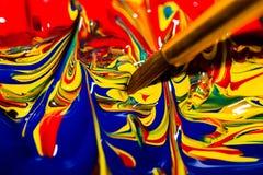 艺术家的浸洗入形成混乱的一个充满活力的打旋的样式原色的混合的刷子技巧 库存照片