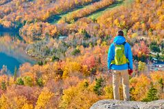 艺术家的虚张声势的背包徒步旅行者人在秋天 库存图片