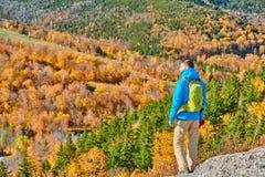 艺术家的虚张声势的背包徒步旅行者人在秋天 免版税库存图片