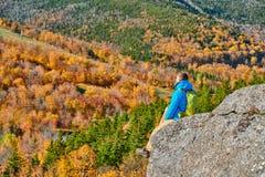 艺术家的虚张声势的背包徒步旅行者人在秋天 图库摄影