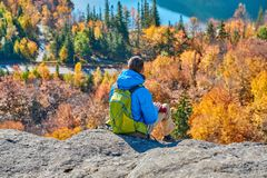 艺术家的虚张声势的背包徒步旅行者人在秋天 免版税库存照片