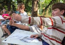 年轻艺术家确定与铅笔的比例 图库摄影
