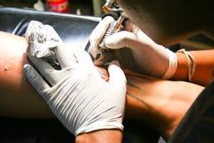艺术家纹身花刺 免版税库存图片