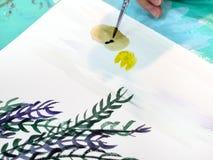 艺术家绘与刷子的画与水彩 免版税库存照片