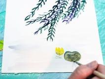 艺术家绘叶子nenuphar与刷子 免版税库存图片