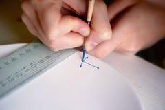 艺术家绘在一块白色板材的一个船锚由黏土制成 绘,手工制造 免版税图库摄影