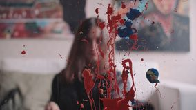 艺术家绘油漆刷子的画 皇族释放例证