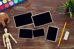 艺术家艺术顶视图在空的照片框架拼贴画旁边提供背景 复制空间 免版税库存照片