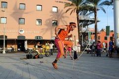 艺术家陈列绳索跳过的街道 免版税图库摄影