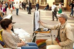 艺术家靠记意画妇女的画象 免版税库存照片