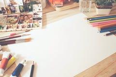艺术家颜色铅笔和空的纸书桌  免版税图库摄影