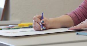 艺术家,妇女艺术家的年轻手绘与石墨铅笔的一块帆布,桌和凹道坐帆布 影视素材