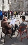 艺术家画一个年轻人 参观Giotto的钟楼的游人 库存照片
