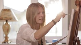 年轻艺术家绘一幅画并且微笑 影视素材