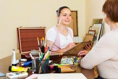 艺术家画妇女的画象 图库摄影
