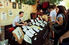 年轻艺术家画并且卖室外的形象艺术 库存照片