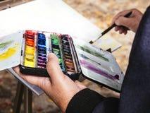艺术家绘画水彩人室外休闲的生活方式 库存图片