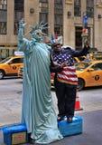 艺术家仿效自由女神像和游人 免版税库存图片