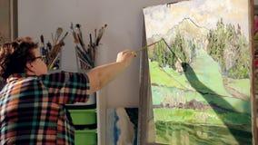 艺术家绘油漆刷子的画手中与调色板 股票视频