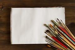 艺术家` s刷子和册页在木背景 库存照片