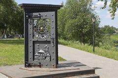 艺术对象门 在江边在市沃洛格达州 免版税库存照片