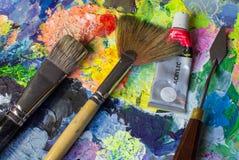 艺术工具箱:刷子、刀子和油漆 免版税库存照片
