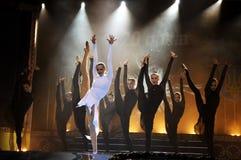 艺术性体操运动员跳舞 免版税库存图片