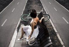 艺术性的图象,年轻人刺字了妇女坐长凳 库存照片
