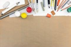 艺术性的工作工具:油漆、色的铅笔和白垩, differe 库存照片