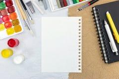 艺术性的工作工具:水彩、油漆刷、白垩和剪影 免版税库存图片