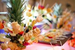 艺术性的开胃菜用果子和曲奇饼在鸡尾酒会 免版税图库摄影