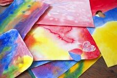艺术性的手拉的抽象湿水彩背景、waldorf五颜六色的模板和铅笔的照片 图画教训  免版税库存图片