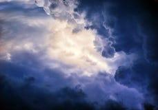 艺术性的摘要光滑的五颜六色的发光的风雨如磐的艺术品作为独特的背景 免版税库存图片