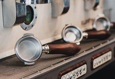 艺术性的演播室射击了咖啡机器和绿色杯子的持有人 图库摄影
