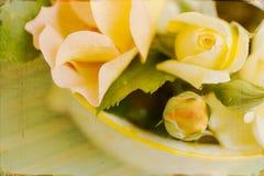 艺术性的葡萄酒黄色玫瑰 库存照片
