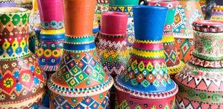 艺术性的装饰的被绘的clorful被手工造的瓦器花瓶正面图  图库摄影