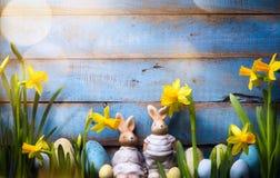 艺术愉快的复活节天;家庭复活节兔子和复活节彩蛋 库存照片