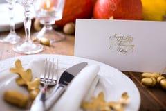 艺术愉快的感恩晚餐;秋天桌设置用南瓜 免版税库存照片