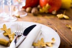 艺术愉快的感恩晚餐;秋天桌设置用南瓜 免版税库存图片