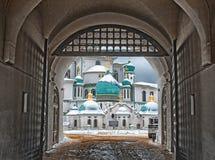 艺术新的耶路撒冷修道院Istra,俄罗斯视图通过对修道院和路的中央曲拱入口 免版税库存图片