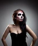 艺术日停止的面罩头骨妇女年轻人 库存照片